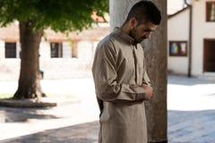 Hombre musulmán joven que ruega Imagen de archivo