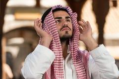 Hombre musulmán joven que ruega Imagen de archivo libre de regalías