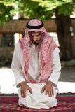Hombre musulmán joven que ruega Fotografía de archivo