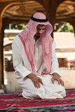 Hombre musulmán joven que ruega Fotos de archivo libres de regalías