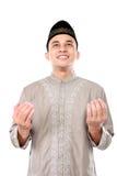 Hombre musulmán joven que ruega a dios Imágenes de archivo libres de regalías