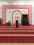 Hombre musulmán no identificado en la posición de rogación Masjid Muhammadiah, Ipoh, Perak del solat fotos de archivo