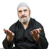 Hombre musulmán que ruega. Foto de archivo