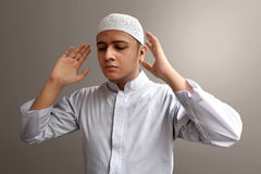 Hombre musulmán que ruega Fotografía de archivo