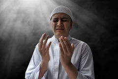 Hombre musulmán que ruega Fotos de archivo libres de regalías