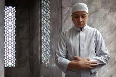 Hombre musulmán que ruega Imágenes de archivo libres de regalías