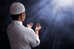 Hombre musulmán que ruega Fotos de archivo