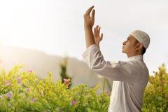 Hombre musulmán que ruega Foto de archivo libre de regalías