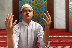 Hombre musulmán que ruega Imagenes de archivo