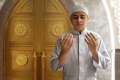 Hombre musulmán que ruega Imagen de archivo