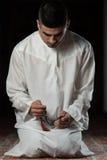 Hombre musulmán que ruega en la mezquita Fotos de archivo