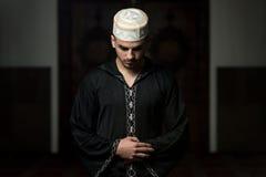 Hombre musulmán que ruega en la mezquita Imágenes de archivo libres de regalías