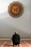 Hombre musulmán que ruega en la mezquita Imagen de archivo
