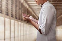 Hombre musulmán que ruega en mezquita Fotos de archivo libres de regalías