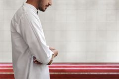 Hombre musulmán que ruega en mezquita Imágenes de archivo libres de regalías