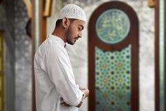 Hombre musulmán que ruega la mezquita interior Fotos de archivo