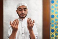 Hombre musulmán que ruega la mezquita interior Fotografía de archivo libre de regalías