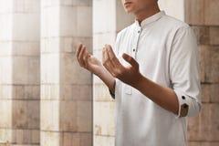 Hombre musulmán que ruega la mezquita interior Imagen de archivo libre de regalías