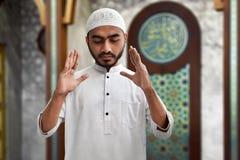 Hombre musulmán que ruega la mezquita interior Fotos de archivo libres de regalías