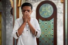 Hombre musulmán que ruega la mezquita interior Fotografía de archivo