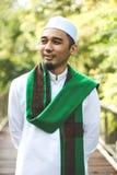 Hombre musulmán que sostiene Al-Quran Foto de archivo