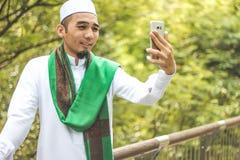 Hombre musulmán que toma la imagen del selfie Imágenes de archivo libres de regalías