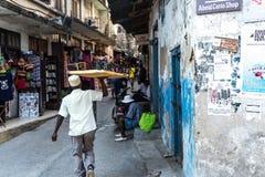 Hombre musulmán que vende los vidrios en Zanzíbar Fotos de archivo libres de regalías