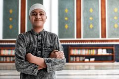 Hombre musulmán religioso en mezquita imagenes de archivo