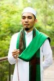 Hombre musulmán sonriente que sostiene Tasbih Foto de archivo