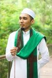 Hombre musulmán sonriente que sostiene Tasbih Imagenes de archivo