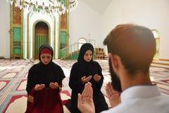 Hombre musulmán y mujer que ruegan en mezquita Imagen de archivo