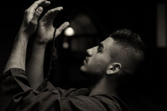 Hombre musulmán joven que ruega Foto de archivo libre de regalías