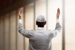 Hombre musulmán joven que ruega Imagenes de archivo
