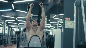 Hombre muy fuerte que hace ejercicios de la mano metrajes