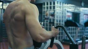 Hombre muy fuerte que hace ejercicios de la mano almacen de video
