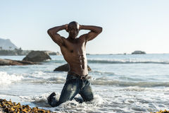 Hombre negro africano con las tetas al aire en la playa Imagen de archivo
