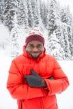 Hombre negro alegre afroamericano en traje de esquí en invierno nevoso al aire libre, Almaty, Kazajistán Fotografía de archivo