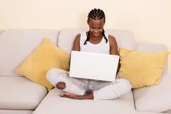 Hombre negro alegre con el ordenador portátil Imagenes de archivo