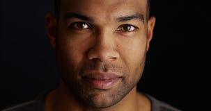 Hombre negro atractivo que mira la cámara Imágenes de archivo libres de regalías