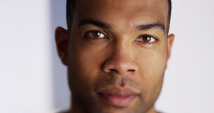 Hombre negro atractivo que mira la cámara Imagen de archivo