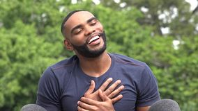 Hombre negro cariñoso elogioso almacen de video