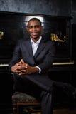 Hombre negro cerca del piano Imagen de archivo libre de regalías