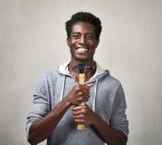 Hombre negro con el martillo Foto de archivo