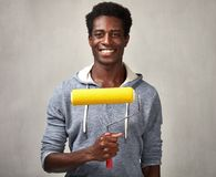 Hombre negro con el rodillo de pintura Imagen de archivo