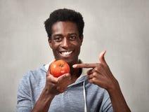 Hombre negro con el tomate Fotos de archivo libres de regalías