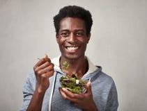 Hombre negro con la ensalada Imagenes de archivo