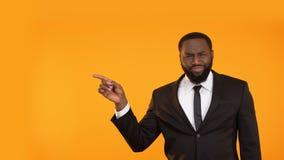 Hombre negro de moda en el traje de negocios que hace los movimientos de baile, lugar para el anuncio almacen de metraje de vídeo