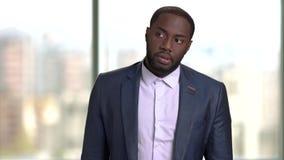 Hombre negro decepcionado que espera alguien que es atrasado almacen de metraje de vídeo