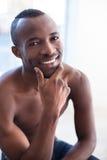 Hombre negro descamisado. Imagen de archivo libre de regalías