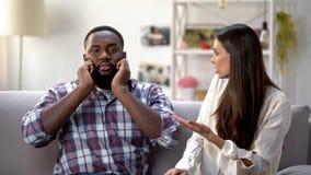 Hombre negro descontentado que ignora la conversación con la novia, problema del desacuerdo foto de archivo libre de regalías
